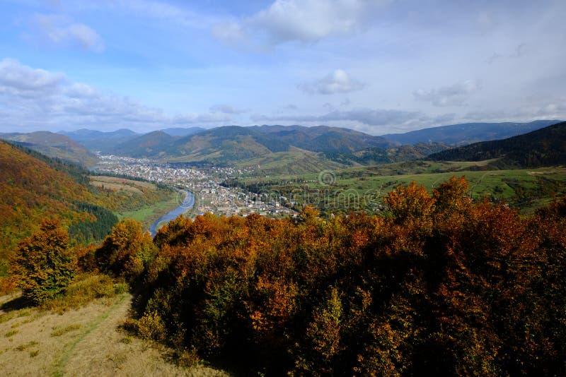 山秋天风景,从滑雪电梯的看法到小镇 库存图片