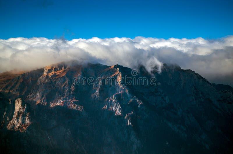 Download 山秋天 库存图片. 图片 包括有 全景, 喀尔巴阡山脉, 云彩, 横向, 发烟性, 叶子, 草原, 五颜六色 - 62531037