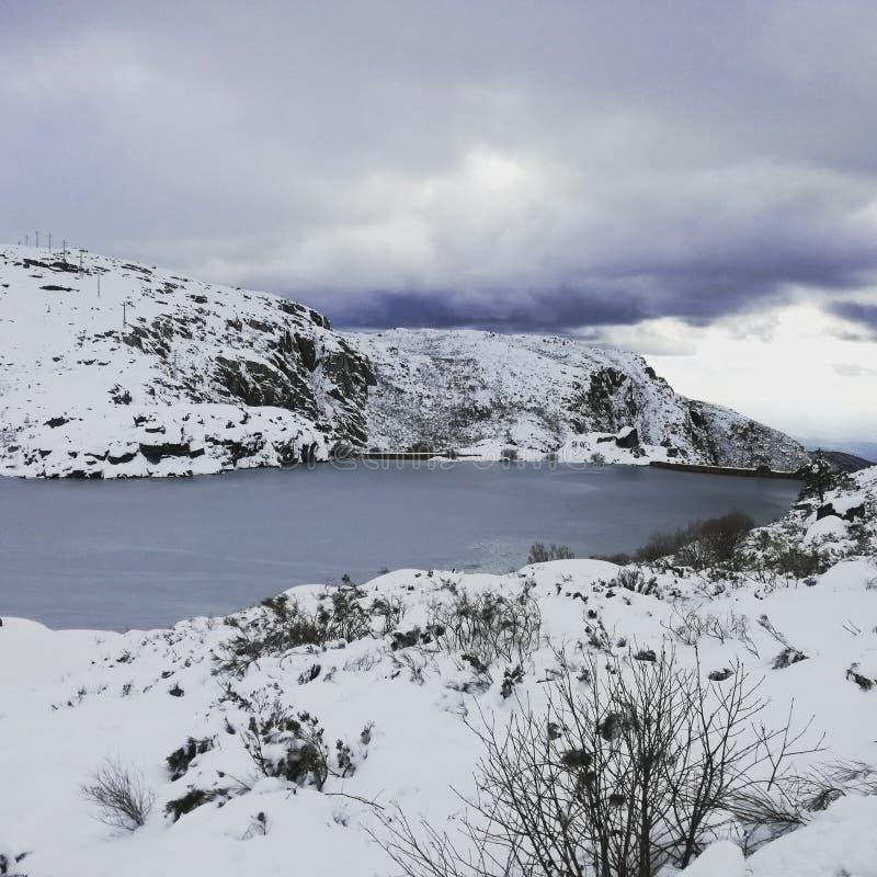 山结冰的湖 免版税库存照片