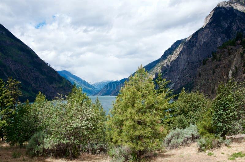 山绿松石Seton湖和具球果森林 免版税图库摄影