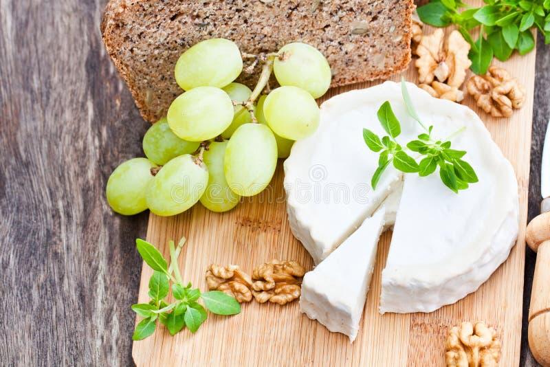 山羊乳干酪用果子和整个五谷面包 库存图片