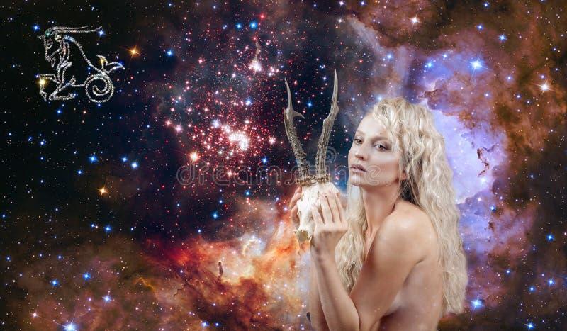 山羊座黄道带标志 占星术和占星,星系背景的美女山羊座 图库摄影