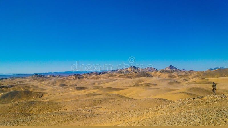 山美丽的景色与蓝天的 免版税库存照片
