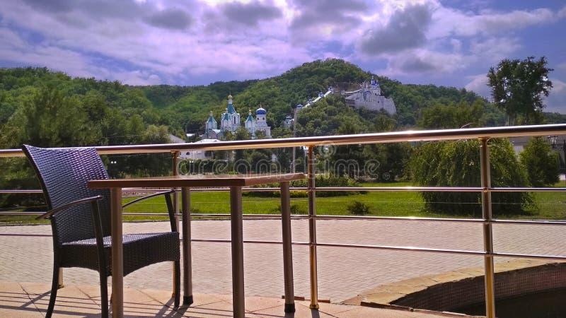山美丽的景色从咖啡馆的 免版税库存图片