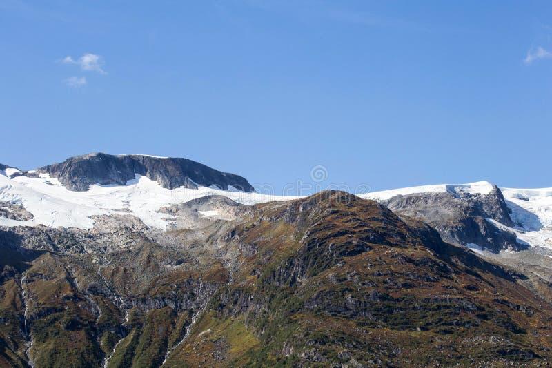 山美好的多雪的山峰特写镜头  冬天旅行假期自然背景 山和蓝天 Snowscape, highlan 免版税库存图片