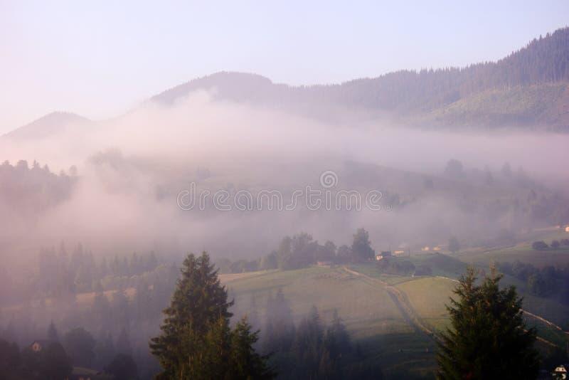 山美好的风景与轻的雾的 免版税库存照片