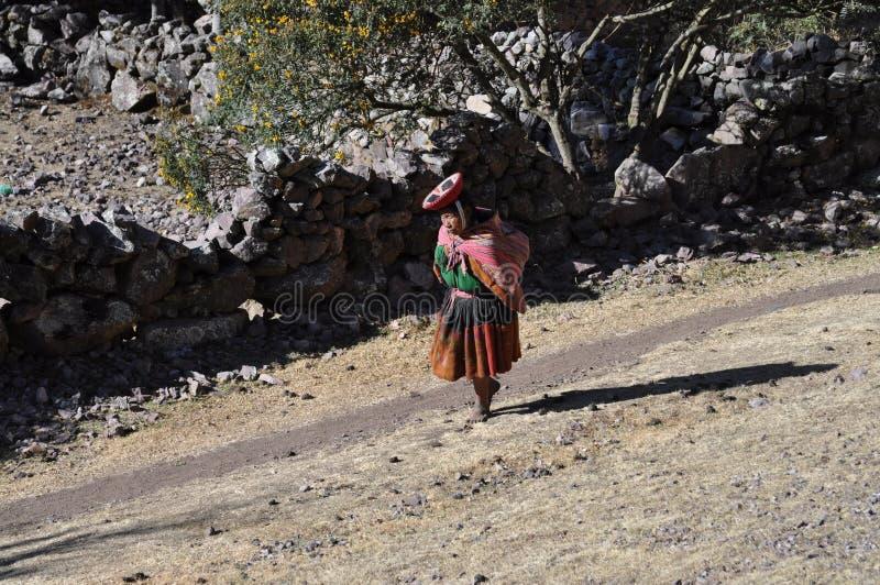 山老秘鲁走的妇女 图库摄影