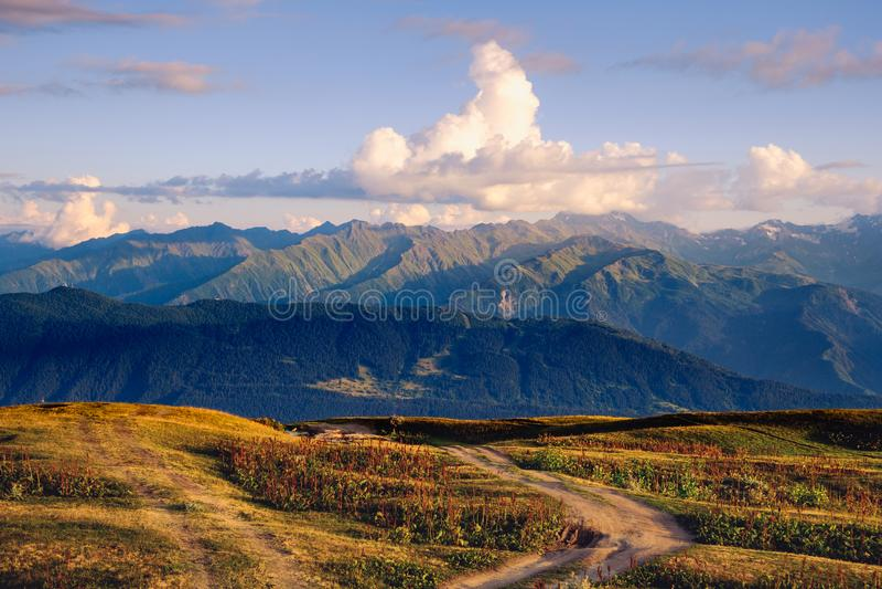 山脉与与美好的日落的风景视图覆盖, Svaneti,乔治亚 免版税库存图片