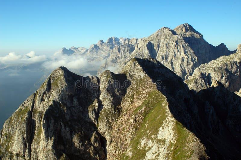 山脉全景在夏天 库存图片