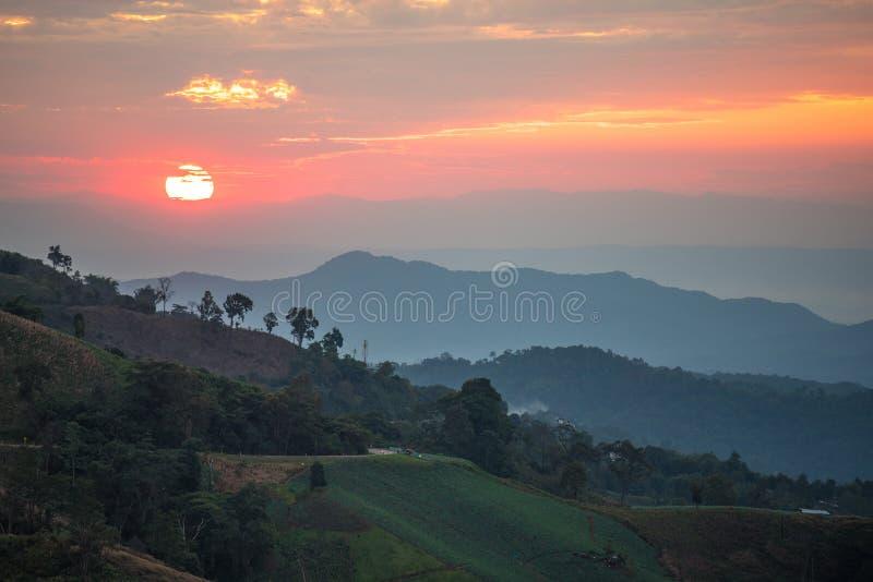 山脉和美好的日落 库存照片