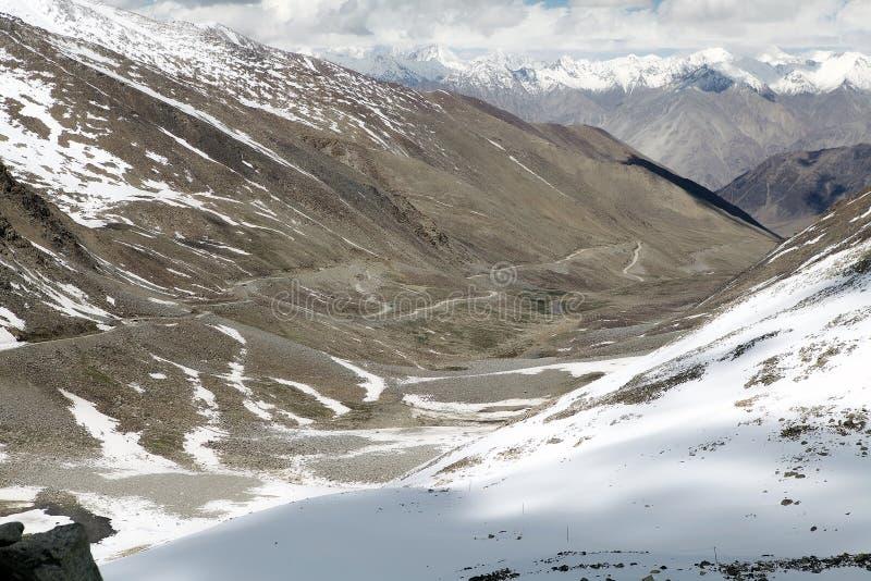 山脉和路从Khardung通过,拉达克,印度 库存图片