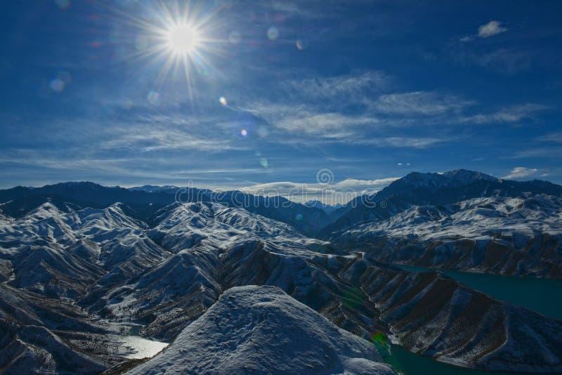 Download 山脉在冬天 库存图片. 图片 包括有 缺点, 链子, 摄影, 峭壁, 可能, 挂接, 空白, 冬天, 晒裂 - 62536347