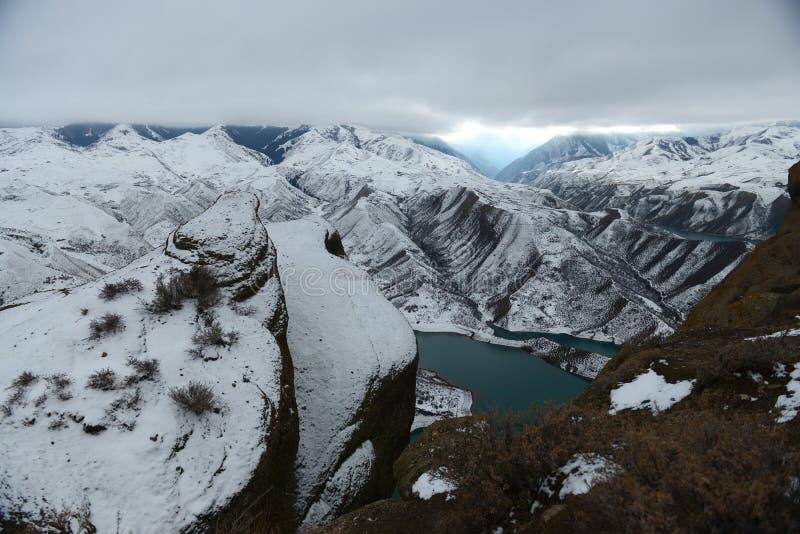Download 山脉在冬天 库存照片. 图片 包括有 冬天, 挂接, 峭壁, 空白, 链子, 的treadled, 缺点 - 62536744