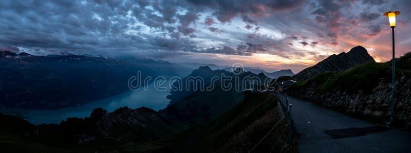 山脉宽全景视图在剧烈的snuset期间的从brienzer rothorn在瑞士阿尔卑斯 免版税图库摄影