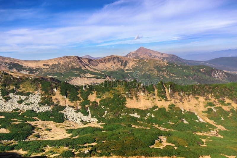 山脉的美丽的景色在一夏天多云天 免版税库存照片