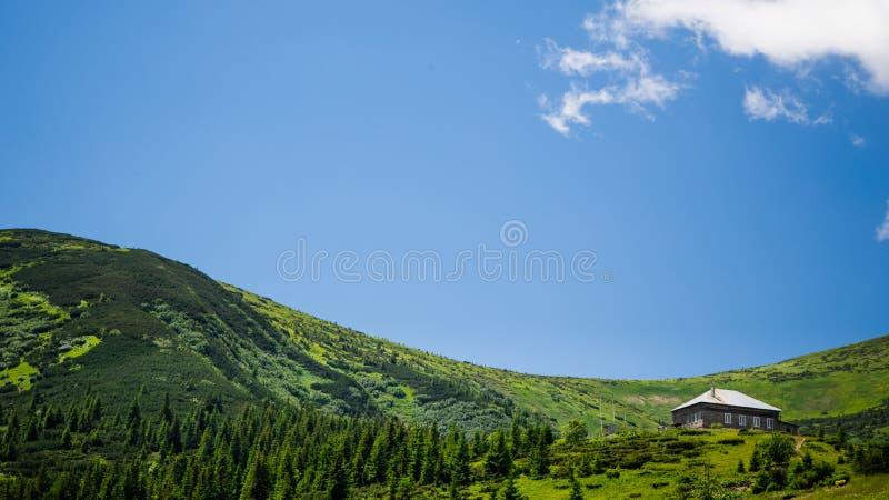 山脉的脚的美丽的房子 免版税库存图片