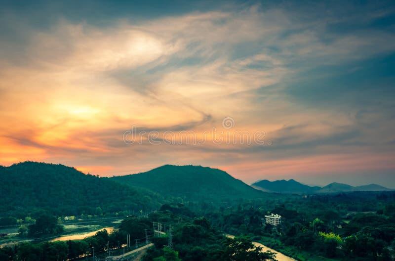 山脉美好的自然风景与日出天空和云彩的 城市在山谷在泰国 山风景  免版税库存照片