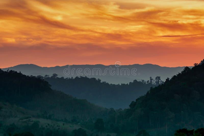 山脉美好的自然风景与日落天空和云彩的 房子山泰国盖了谷 山层风景  库存图片
