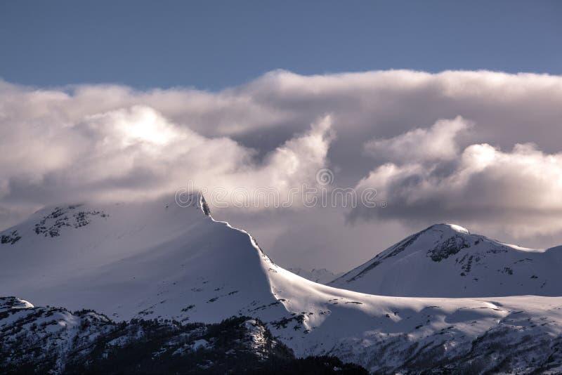山脉风景视图在Stranda,挪威 免版税库存照片