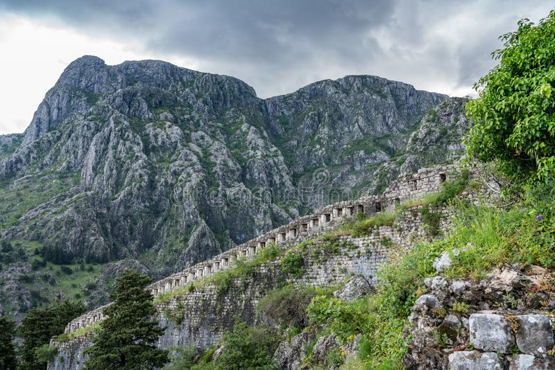 山腰的科托尔堡垒在老镇上在黑山 图库摄影