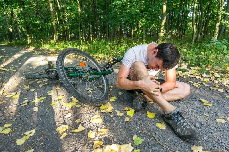 从山自行车下落的年轻人 免版税库存图片