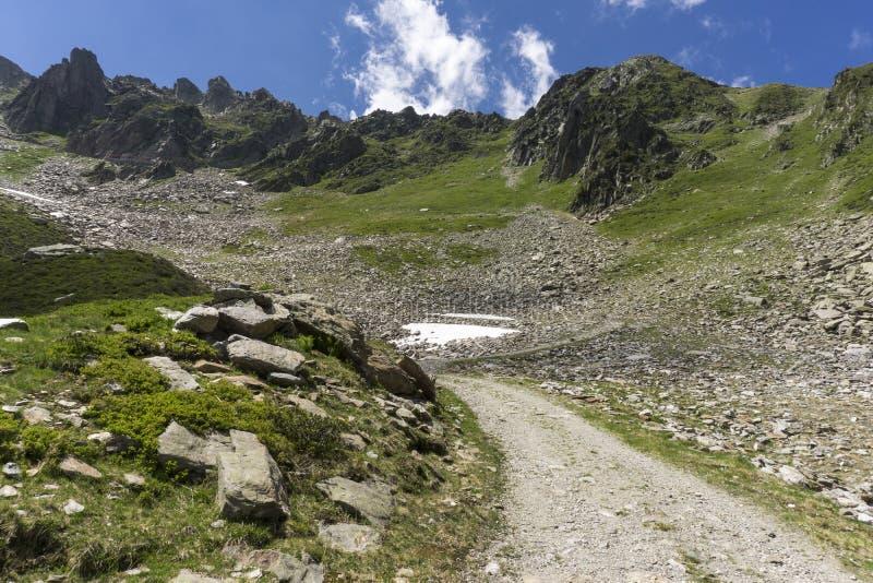山行迹夏天视图在Le Brevent附近的在法国人 库存图片