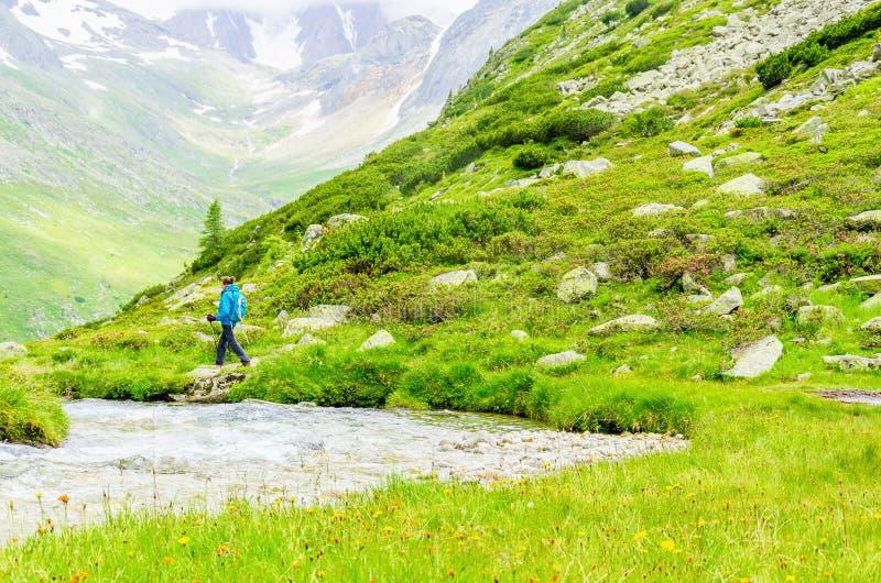 山行迹的少妇,阿尔卑斯,奥地利 免版税图库摄影