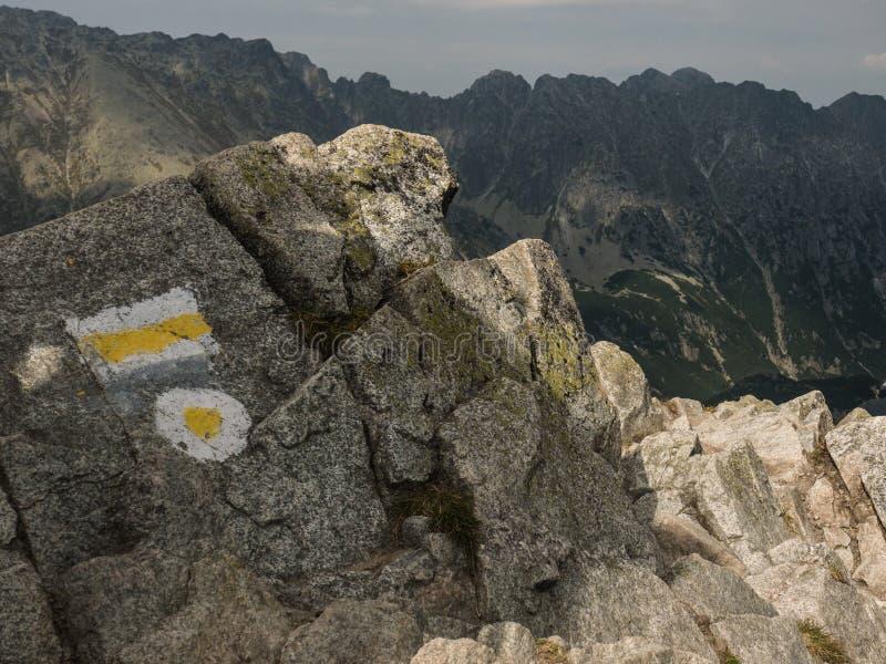 山行迹的标志在岩石的 免版税库存图片