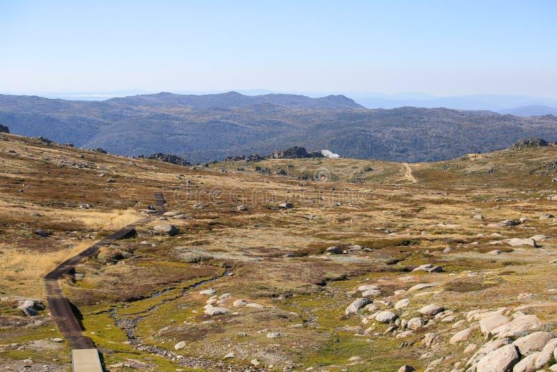 山行迹的美丽的景色对科修斯科山的 可西欧斯可国家公园 免版税库存照片