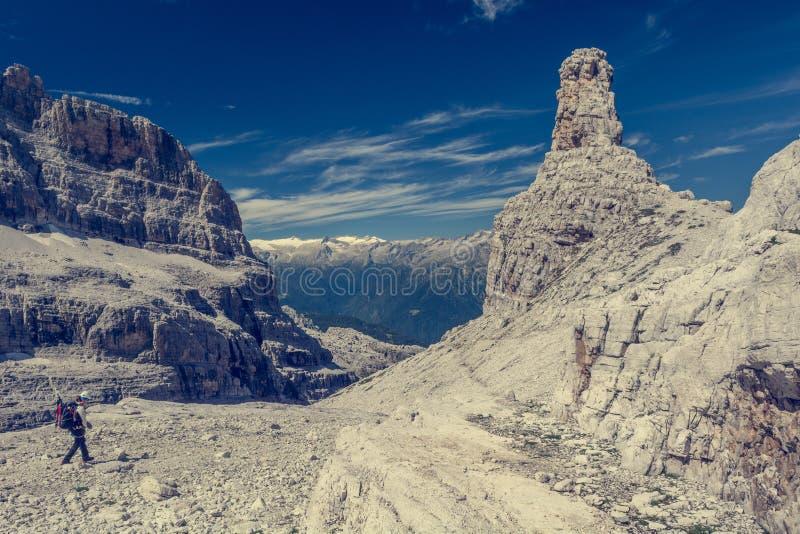 山行迹的远足者 库存图片
