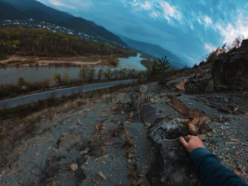 山裂口天空云彩环境美化 在山裂口全景的山多云天空 免版税库存图片