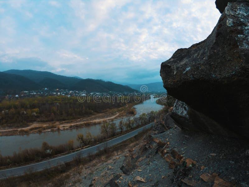 山裂口天空云彩环境美化 在山裂口全景的山多云天空 库存图片