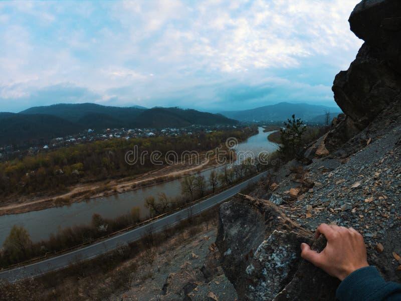 山裂口天空云彩环境美化 在山裂口全景的山多云天空 图库摄影