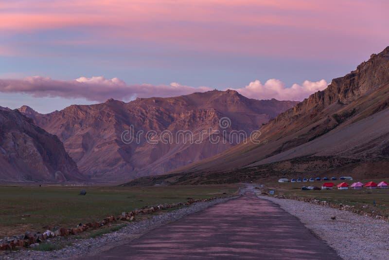 山谷的美好的日出风景在Sarchu阵营逗留的在拉达克 库存图片