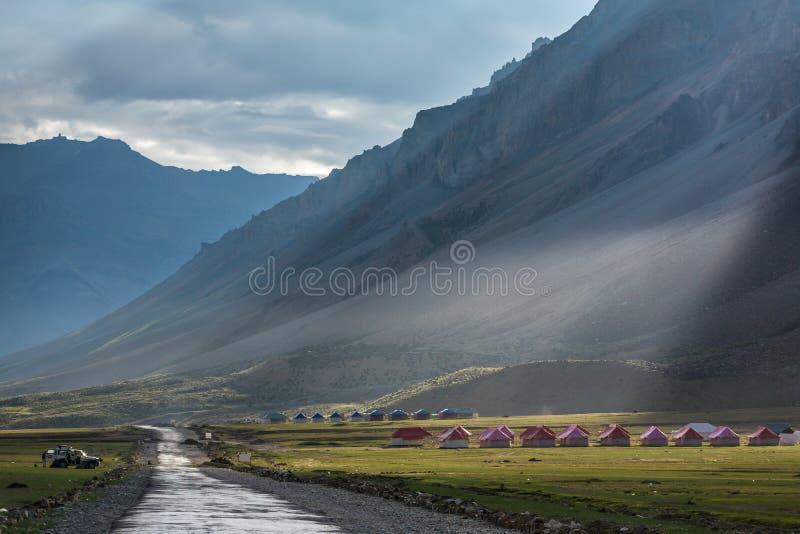 山谷的美好的风景在Sarchu阵营逗留的在拉达克 库存照片
