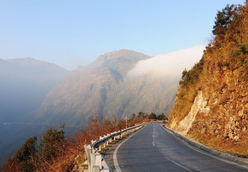 山路与云彩的雨天 图库摄影