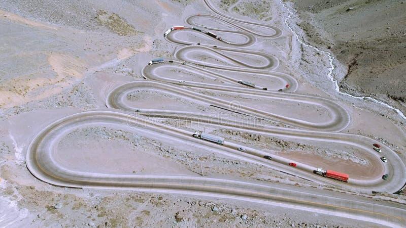 山路和自然鸟瞰图在圣地亚哥,智利 免版税库存图片