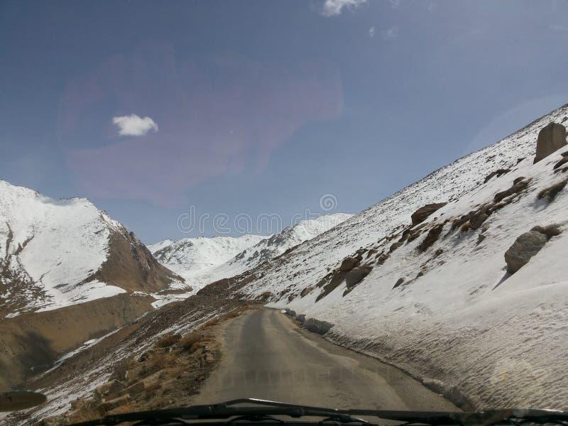 山路在喜马拉雅山 免版税库存照片