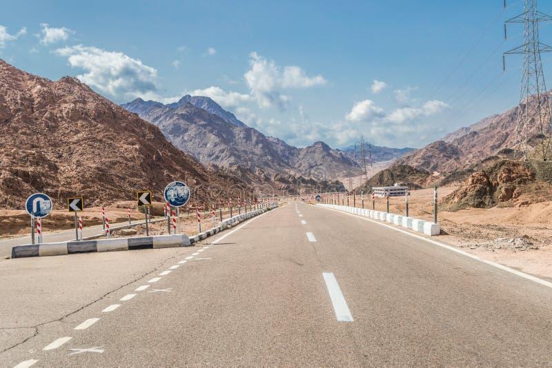 山路在西奈沙漠 免版税库存图片