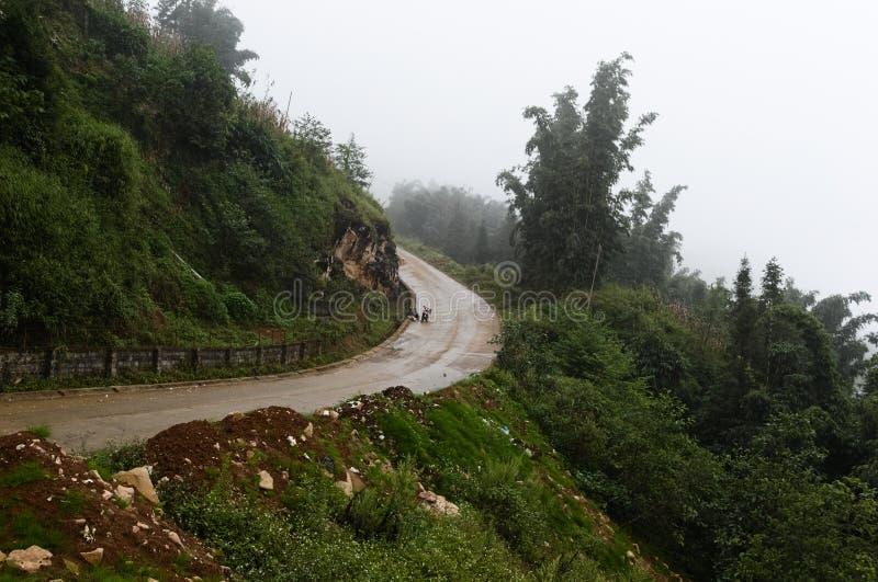 山路轮 有雾的湿多雨天气 免版税库存图片