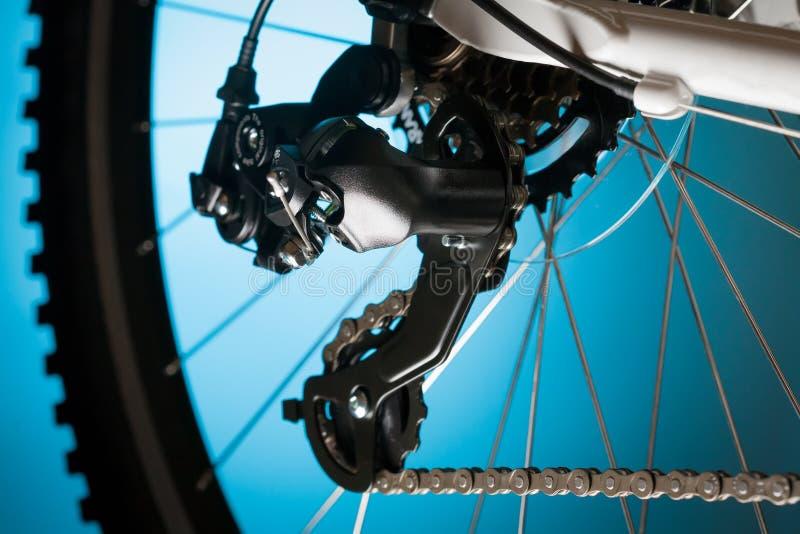登山车、前面扣练齿轮和脚蹬 库存图片