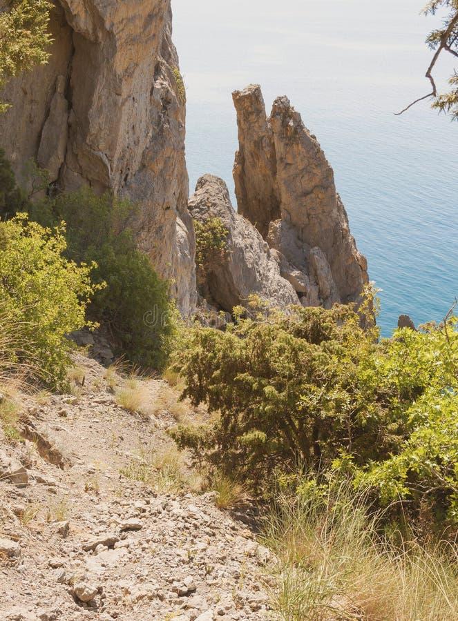 山道路下来推出从水的独立狭窄的岩石 库存照片