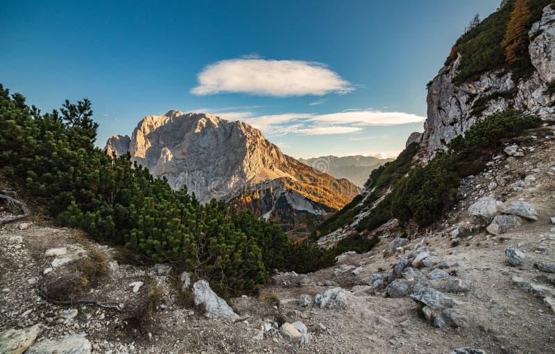 山道路和视图在峰顶在日落 风景 库存图片