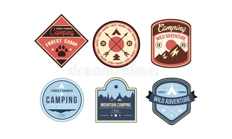 山野营的减速火箭的商标徽章设置了,森林别动队员阵营,在白色的狂放的冒险葡萄酒标签传染媒介例证 库存例证