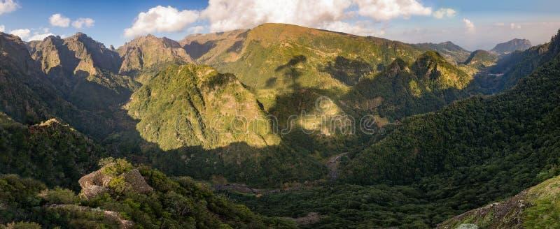 山雨林小山从Balcoes levada,马德拉岛海岛全景的谷视图 免版税库存图片
