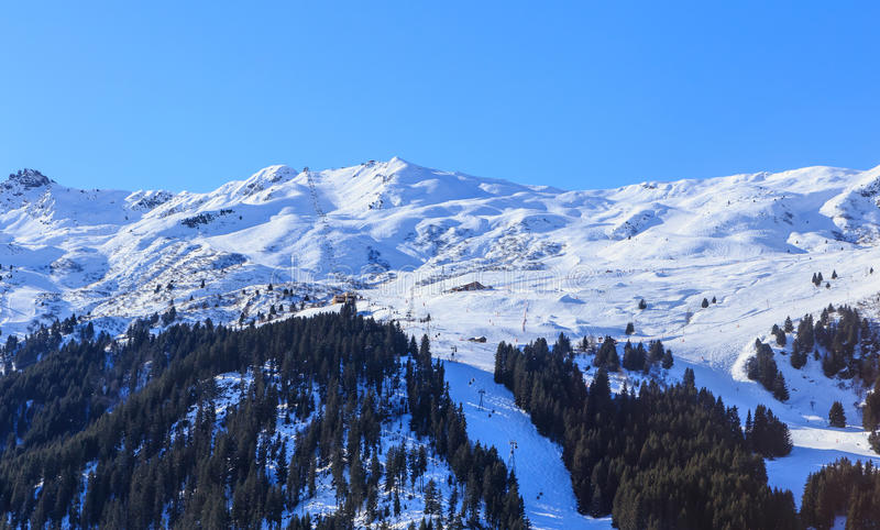 Download 山雪冬天 Meribel滑雪胜地 库存照片. 图片 包括有 推力, 滑雪者, 冷淡, 手段, 绳索, 结构树 - 72367368