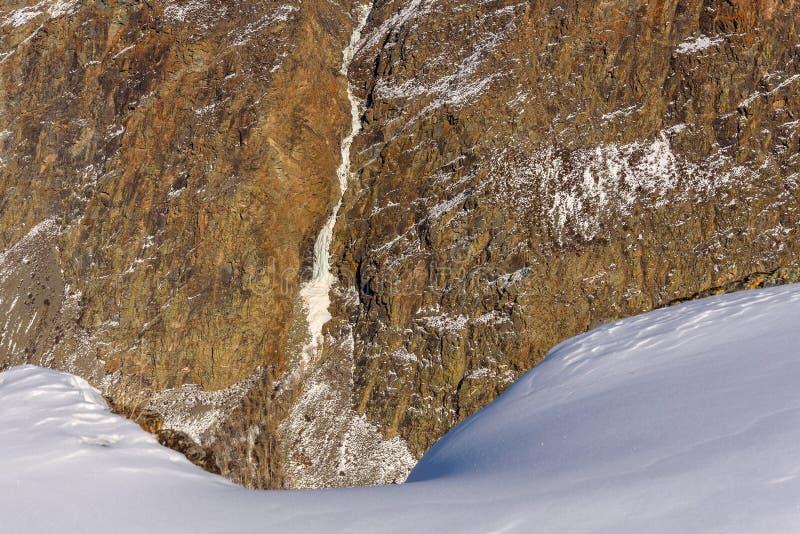 山雪瀑布冬天峡谷 库存照片