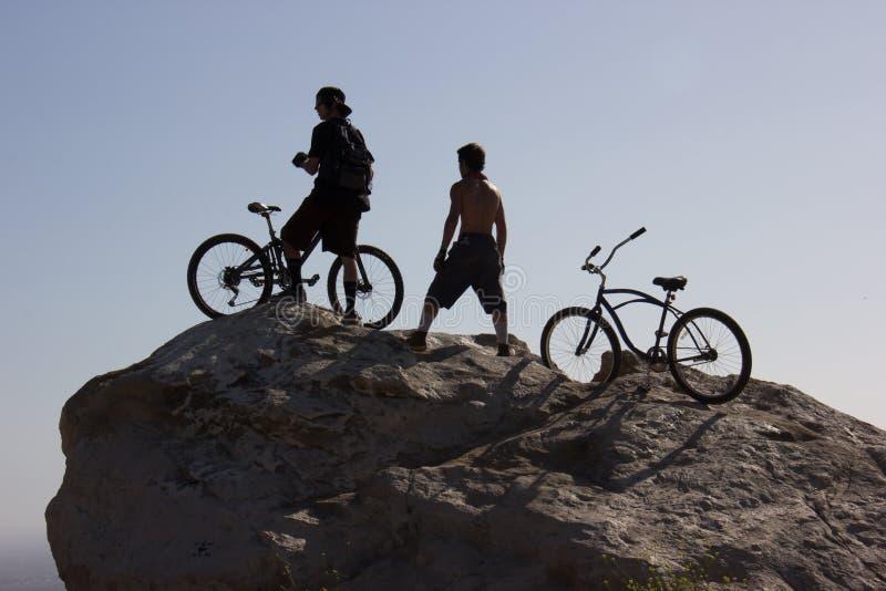 山顶的山骑自行车的人在圣地亚哥橡木地方公园 库存照片