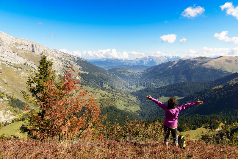 山顶的远足者在法国阿尔卑斯 图库摄影