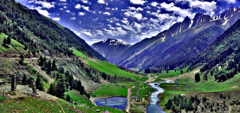 山风景与云彩天空蔚蓝的 免版税库存照片